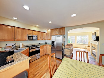 Latona Ave Townhouse Unit B - 3 Br townhouse by RedAwning