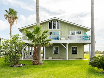 103 Galveston home - 3 Br home by RedAwning