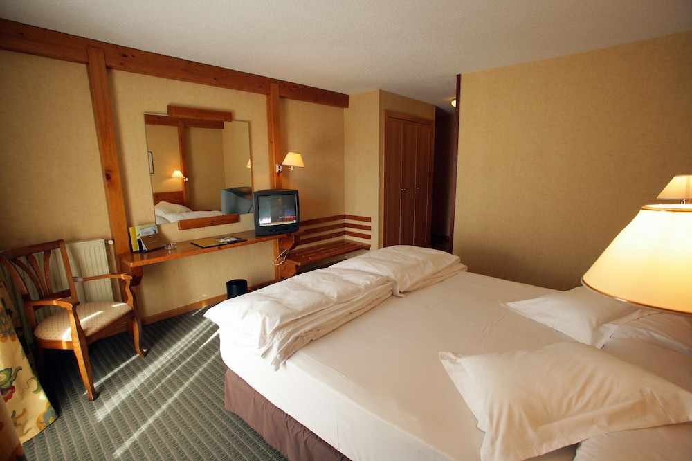 https://i.travelapi.com/hotels/21000000/20070000/20063900/20063880/267c54ec_z.jpg