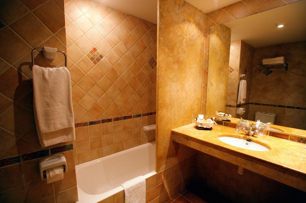 https://i.travelapi.com/hotels/21000000/20070000/20063900/20063880/4c037bf0_z.jpg