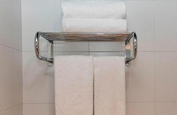 https://i.travelapi.com/hotels/21000000/20070000/20063900/20063880/4f057c39_b.jpg