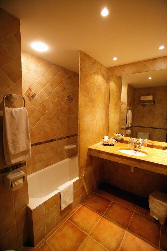 https://i.travelapi.com/hotels/21000000/20070000/20063900/20063880/57c06ecb_z.jpg