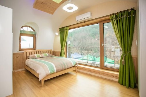 Geumsan Forest White Castle Pension, Yeongdong