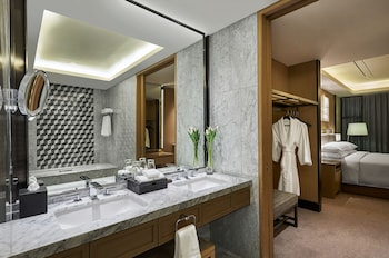 HILTON MANILA Bathroom