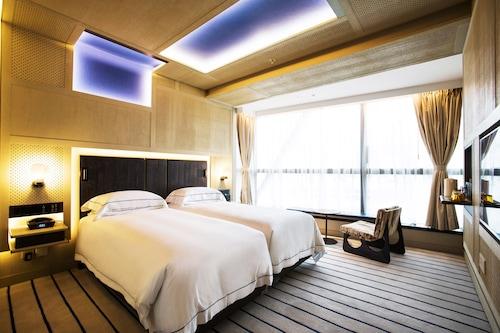 The Emperor Hotel, Wan Chai