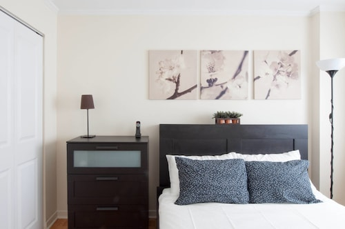Slick 1BR Right Downtown by Namastay, Montréal