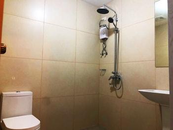 CEDAR PEAK CONDOMINIUM BY TRIPSTERS HUB Bathroom Shower