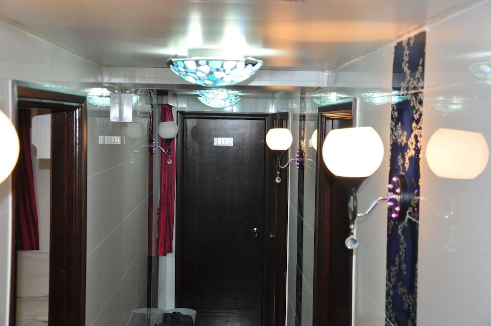 https://i.travelapi.com/hotels/21000000/20290000/20288300/20288224/9dd905a0_z.jpg