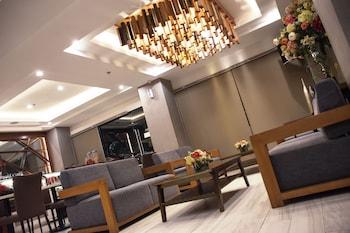 IRONWOOD HOTEL Lobby Sitting Area