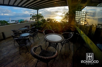 IRONWOOD HOTEL Terrace/Patio