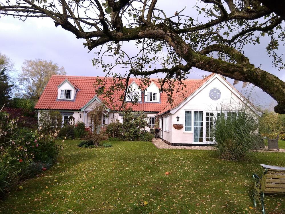 white cottage White cottage aboyne - johnincheswixsitecom.