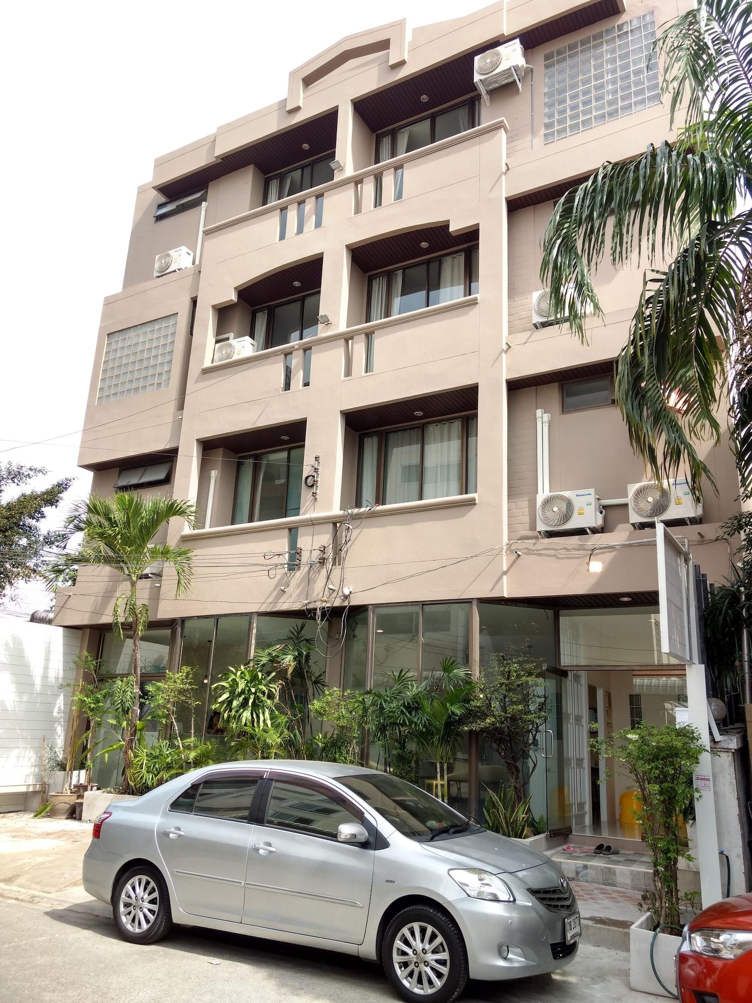 Rama 9 Kamin Bird Hostel, Din Dang