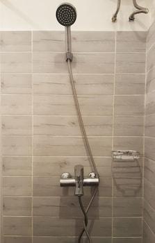 TAGAYTAY SUMMER HOUSE Bathroom Shower