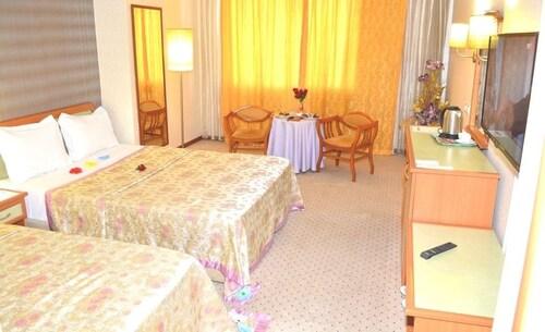 Grand Isias Hotel, Merkez
