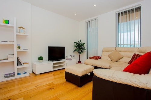 Beautiful 3 Bed Penthouse with Gym, London
