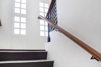 OYO 165 CIRCLE-B APARTELLE & SUITES Staircase