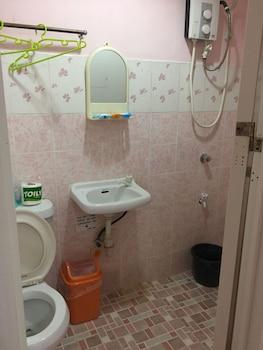 HAYWARD TRAVEL INN Bathroom