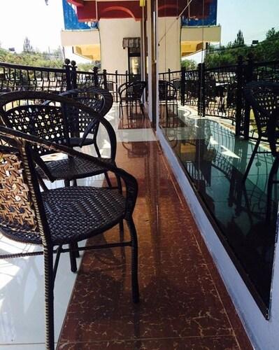 Sunaton Hotel, Suna East