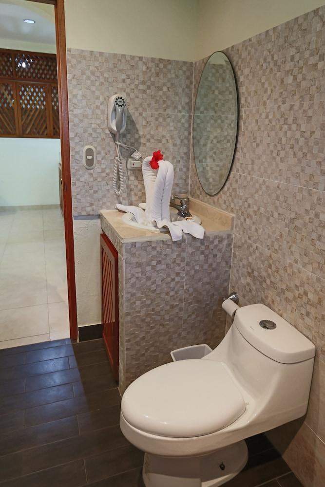 https://i.travelapi.com/hotels/22000000/21160000/21155000/21154969/88d0d866_z.jpg