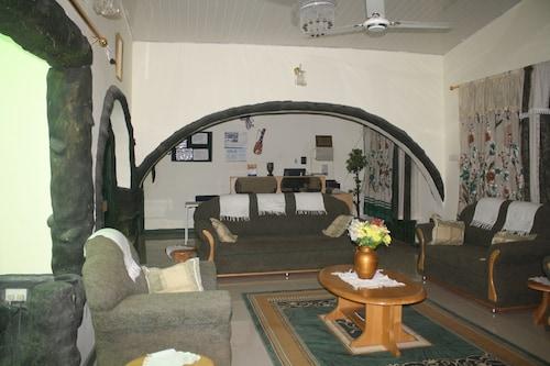 Godville Guest House, Tema