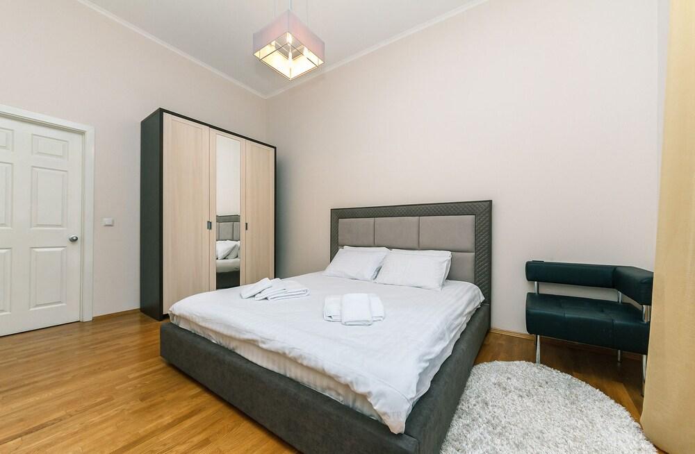 «Апартаменты на Крещатике 15»