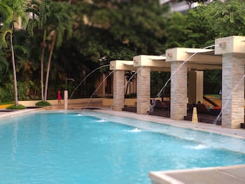 CONDO UNITS PICO DE LORO HAMILO COAST Poolside Bar