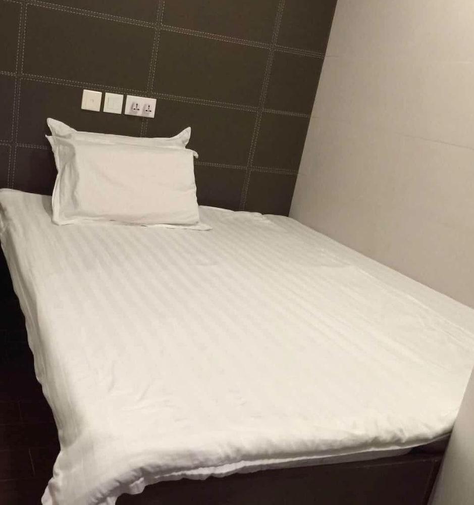 https://i.travelapi.com/hotels/22000000/21410000/21404000/21403934/6121120f_z.jpg