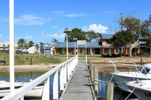 . Lakeside Motel Waterfront