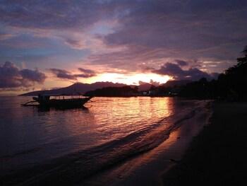 MANGO'S BEACHFRONT RESORT Beach