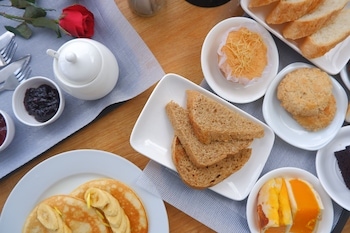 BINTANA SA PARAISO Room Service - Dining