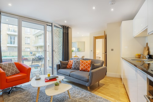Canary Gateway 02 Bed Apartment, London