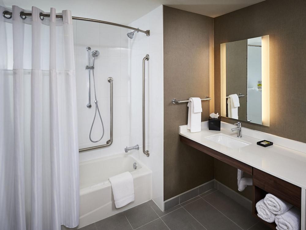 https://i.travelapi.com/hotels/22000000/21520000/21511400/21511334/d355ff2a_z.jpg