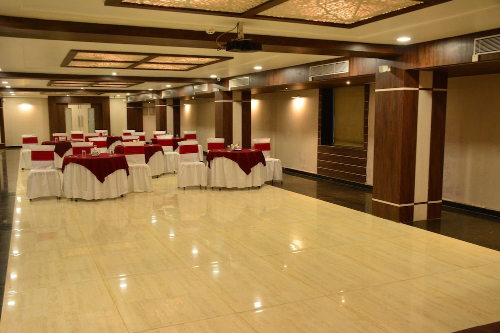 Ballroom/Hall 11 of 25