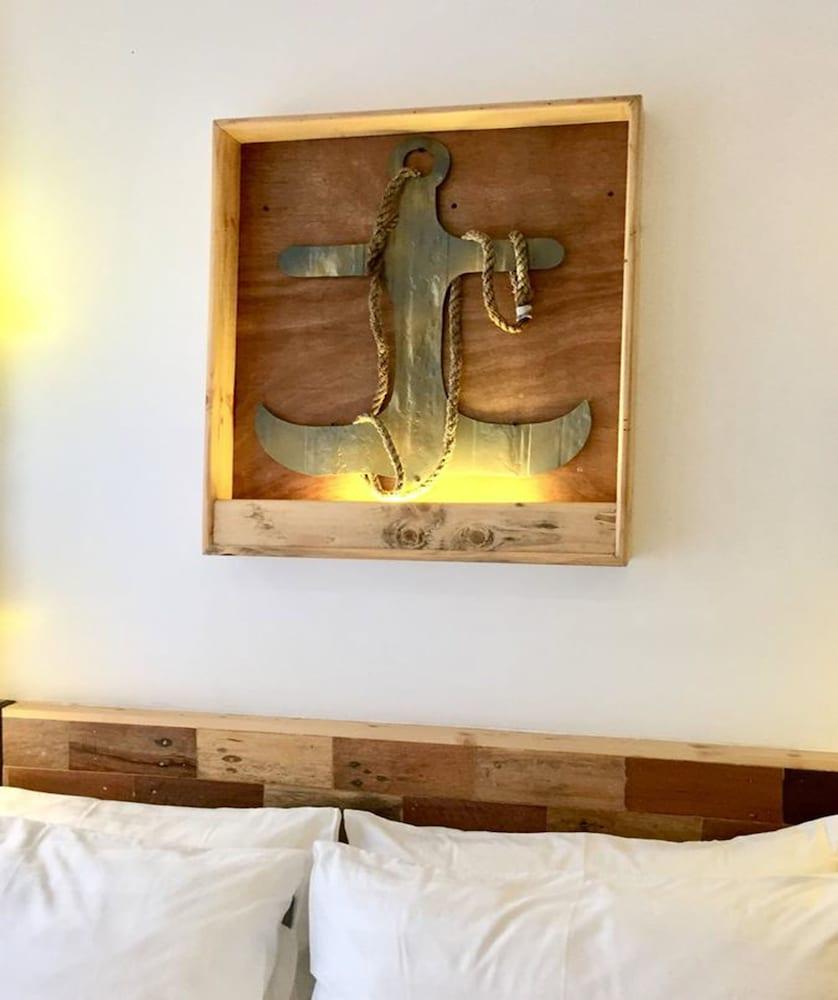 https://i.travelapi.com/hotels/22000000/21560000/21558400/21558324/64bbf0d5_z.jpg