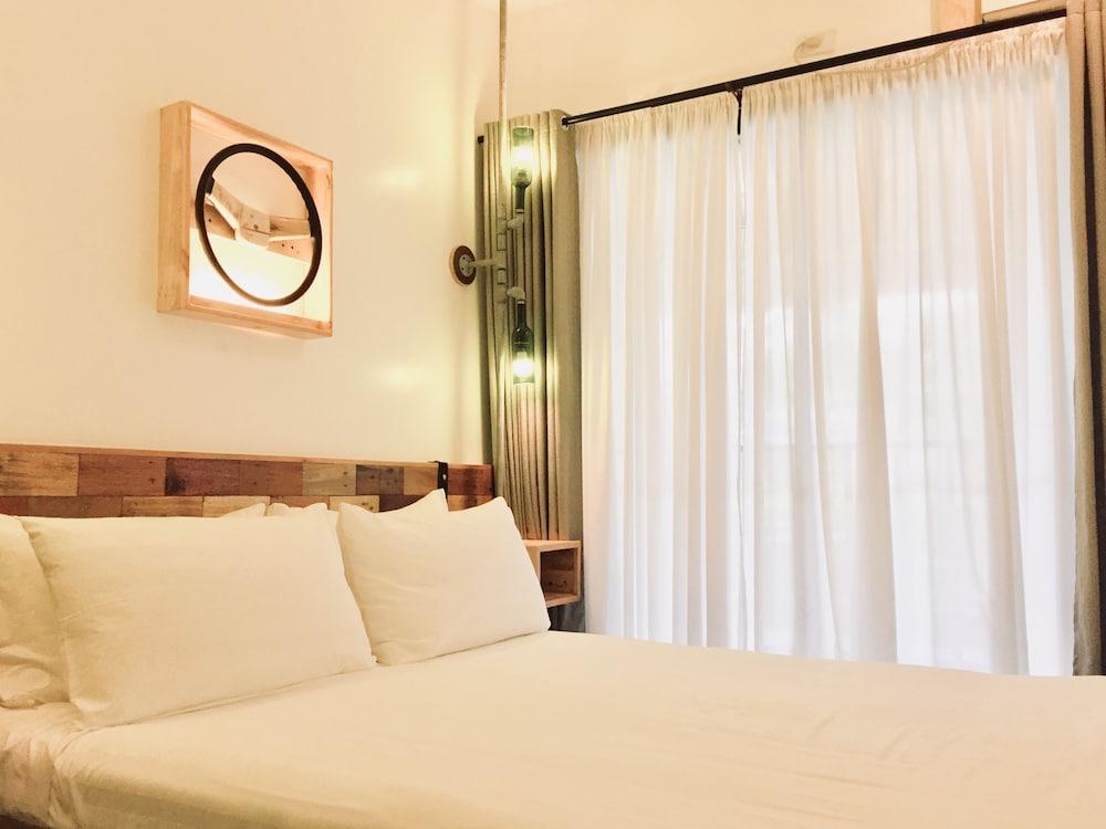 https://i.travelapi.com/hotels/22000000/21560000/21558400/21558324/86db837b_z.jpg