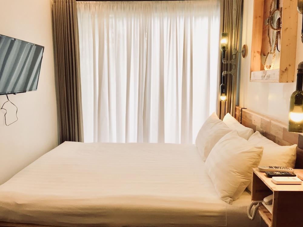 https://i.travelapi.com/hotels/22000000/21560000/21558400/21558324/acd4d617_z.jpg