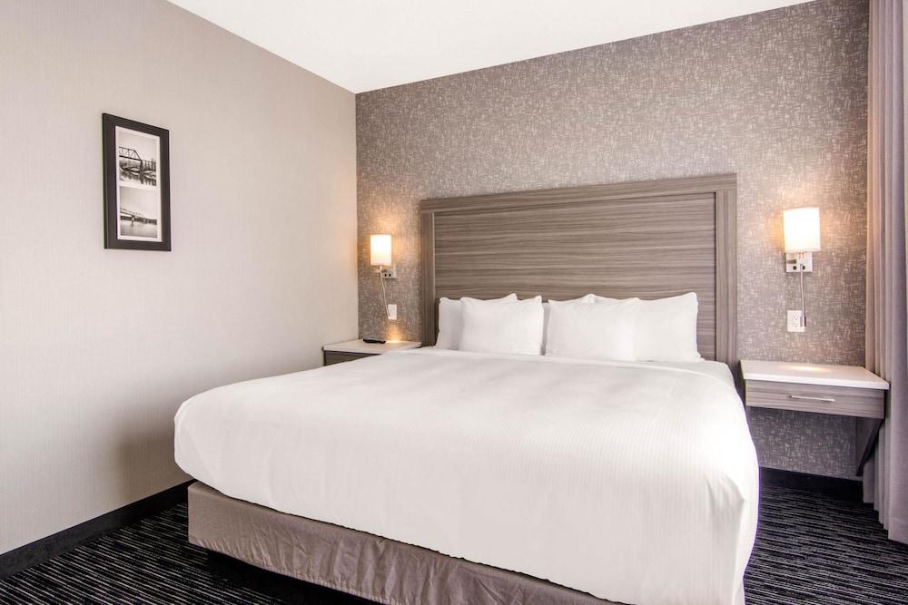 Comfort Inn & Suites, Division No. 16