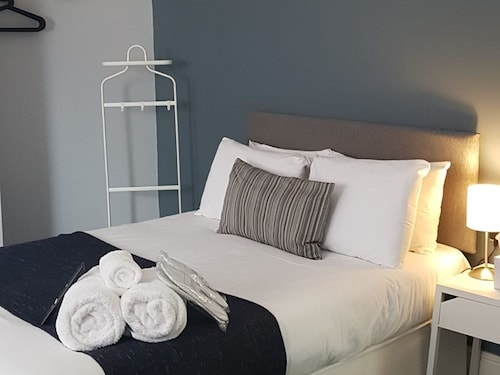 Springfield House Serviced Accommodation by Saffatel, Hampshire