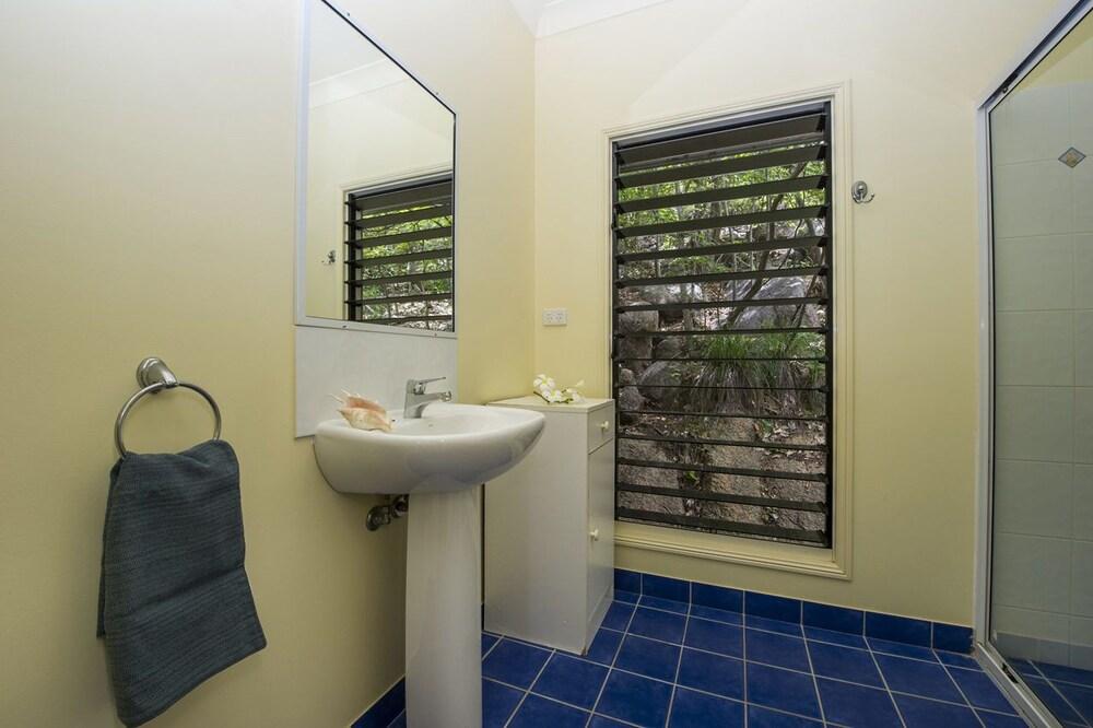 https://i.travelapi.com/hotels/22000000/21750000/21747100/21747026/a694107a_z.jpg
