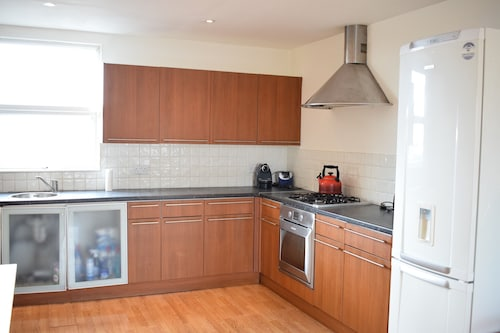Sunny & Spacious 2 Bed Flat in North West London, London