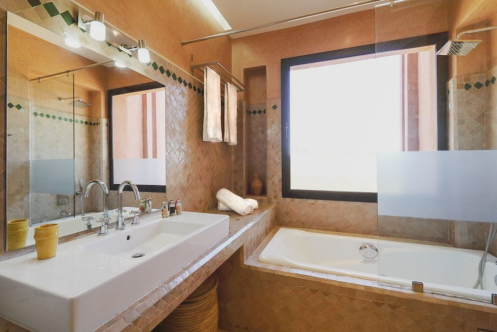 https://i.travelapi.com/hotels/22000000/21820000/21814300/21814292/d700800a_z.jpg