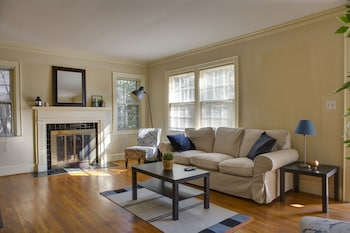 Cute and Cozy 2BR in Dilworth w Parking