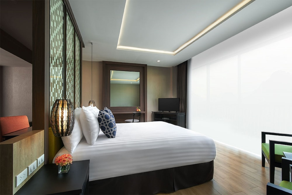 https://i.travelapi.com/hotels/22000000/21870000/21868000/21867927/1bf1f9ec_z.jpg
