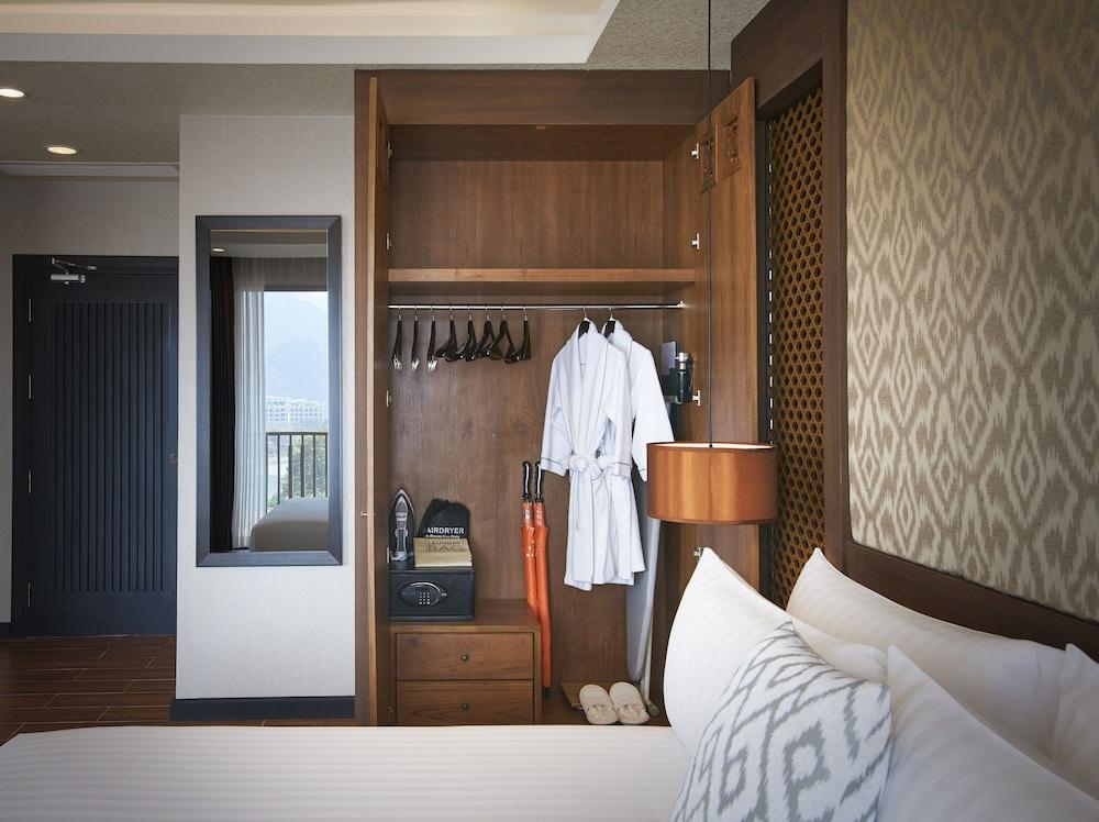 https://i.travelapi.com/hotels/22000000/21870000/21868000/21867927/c793a352_z.jpg