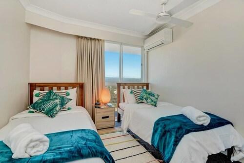 Luxury Beachfront Apartment with Views + Parking, Palm Beach