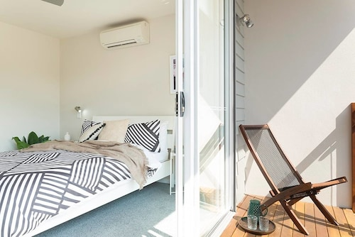 Executive Stylish Home for 8 Guests + Parking, Brisbane