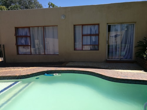 Naisar Holiday Home & Cottage Primrose, Ekurhuleni