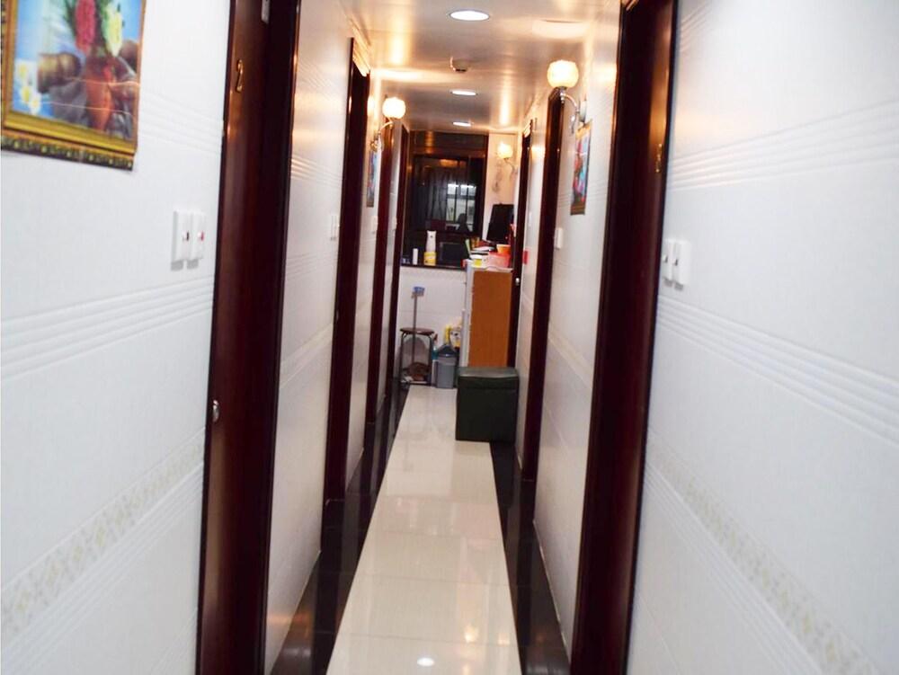 https://i.travelapi.com/hotels/23000000/22100000/22092700/22092696/a8b44ca8_z.jpg