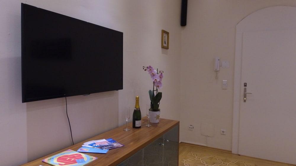 Kaiserin Elisabeth Suite by Welcome2Vienna