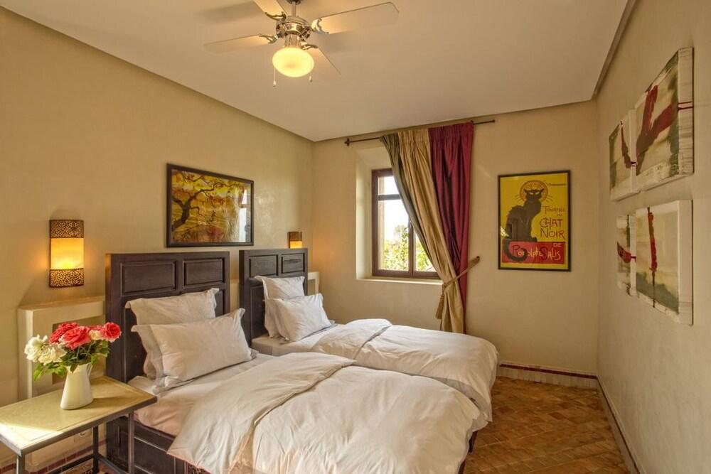 https://i.travelapi.com/hotels/23000000/22150000/22146500/22146407/0e0492c3_z.jpg